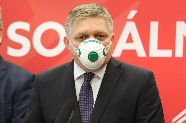 Počas tlačovej konferencie 27. marec 2020 mal špeciálny typ ochranného rúška.