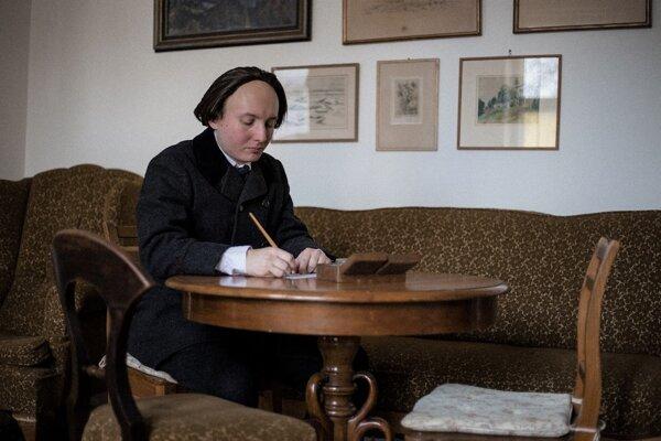Divadelný ochotník Peter Schvantner z Mladej Matice stvárnil Andreja Sládkoviča ako evanjelického kňaza.