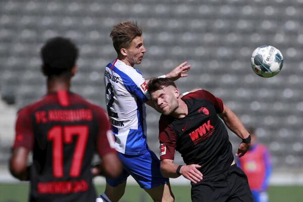 Peter Pekarík (v strede) v súboji s Eduardom Lowenom v zápase Bundesligy Hertha Berlín - FC Augsburg.