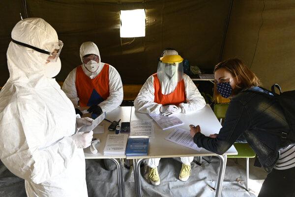 Dobrovoľníci vo filtračnom stane pred bojnickou nemocnicou.