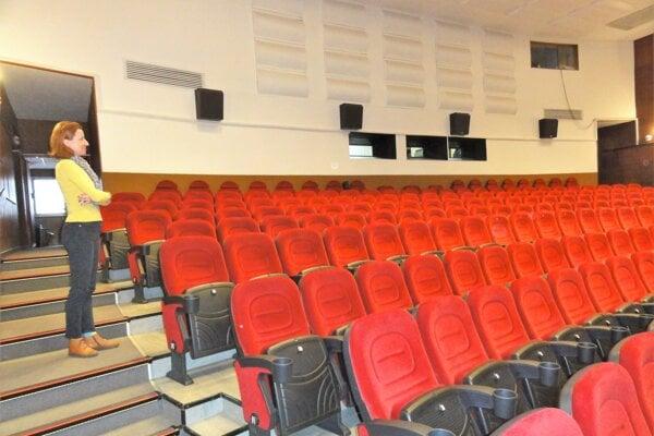 Topoľčianske kino zíva zatiaľ prázdnotou. Pracujú vňom však na tom, aby sa diváci vrátili do atraktívnejších priestorov. Po štyridsiatich rokoch pripravuje aj výmena opony, ktorá zatraktívni vystúpenia divadelných súborov.