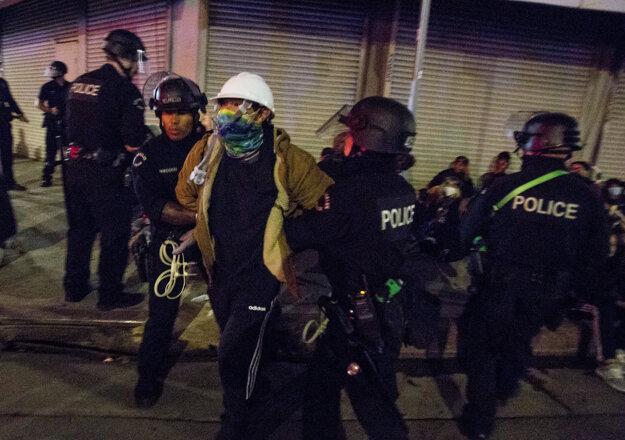 Polícia zasahuje proti demonštrantovi v Los Angeles.