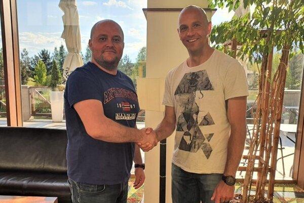 Marek Kardoš (vpravo) s generálnym manažérom VK Mirad PU Prešov Mariánom Palenčarom po podpise zmluvy.