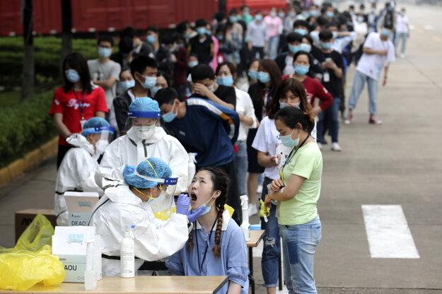 Testovanie ľudí na koronavírus v čínskom Wu-chane.