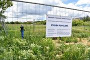 Stavenisko na Popradskej ulici rok od slávnostného ohlásenia výstavby zväzom zíva prázdnotou.