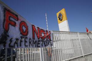 Transparent na bráne závodu Renaultu počas protestu zamestnancov vo francúzskom Choisy-le-Roi.
