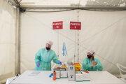 Zdravotníci v poľnom testovacom stane v španielskom meste Torrejon de Ardoz.