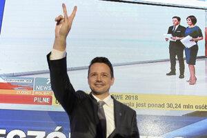 Nový kandidát opozície, varšavský primátor Rafal Trzaskowski, znížil podľa prieskumov náskok úradujúceho prezidenta Andrzeja Dudu.