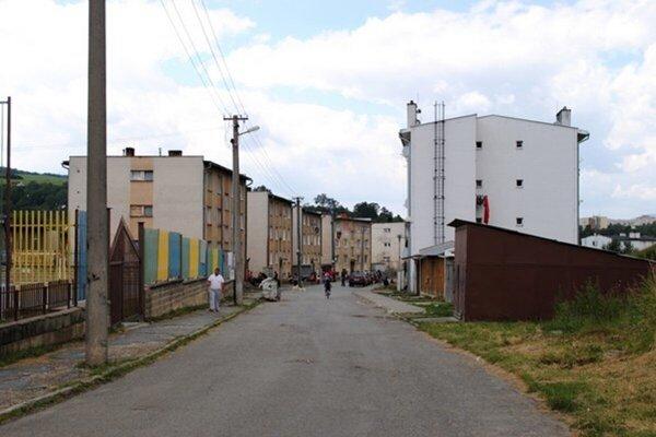 Sídlisko Poštárka v Bardejove, kde došlo k napadnutiu policajtov a poškodeniu ich vozidiel.