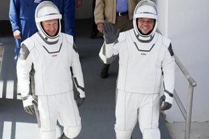 Doug Hurley (vľavo) a Bob Behnken v oblekoch určených na cestu na obežnú dráhu od SpaceX.