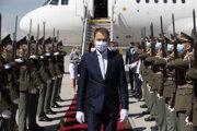 Predseda vlády SR Igor Matovič po prílete na Letisko Václava Havla v Prahe počas oficiálneho privítania v rámci oficiálnej návštevy Českej republiky.