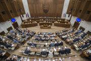 Poslanci počas rokovania 8. schôdze Národnej rady.