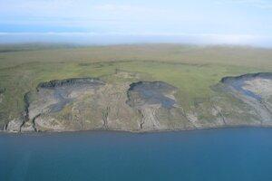 Na niektorých miestach pobrežná erózia dosahuje tempo až osem metrov ročne.