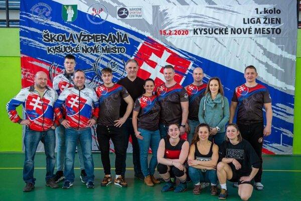 Škola vzpierania v KNM počas prvého kola ženskej ligy.