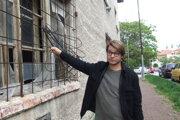 Poslanec Erik Král pri bývalom DOS na Hollého ulici.