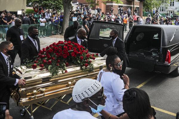 Rakvu s pozostatkami Georgeho Floyda nesú do auta po smienkovej omši v Minneapolise.