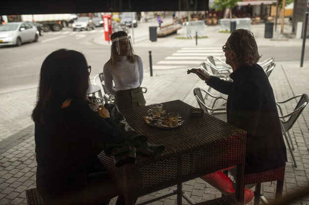 Koronavírus vo svete: Zákazníci raňajkujú na terase pubu v Bruseli 8. júna 2020.
