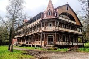 Penzión Tatra v Ždiari má za sebou bohatú turistickú históriu. Majiteľ má platné povolenie na jeho zbúranie a výstavbu nového hotela v rovnakom štýle.