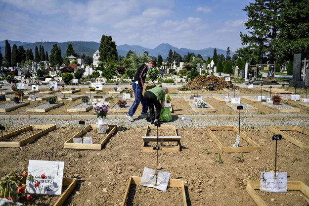 Nové hroby, ktoré pribudli počas koronavírusovej pandémie na cintoríne v severotalianskom meste Bergamo v regióne Lombardsko vo štvrtok 21. mája 2020. Práve túto oblasť postihla nákaza najhoršie spomedzi všetkých regiónov Talianska.