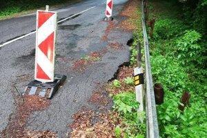 Poškodená cesta za obcou Podhoroď.