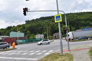 Semafor pri vstupe na Nábrežnú komunikáciu v Prešove.