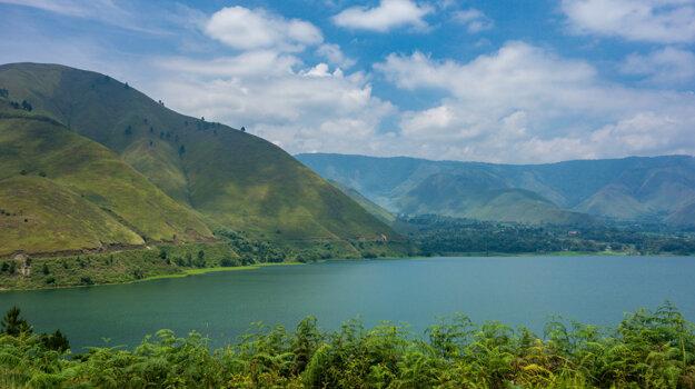 Okolie kráterového jazera Toba na severe Sumatry, pri ktorom biológovia po takmer 130 rokoch opäť našli vzácneho plaza.