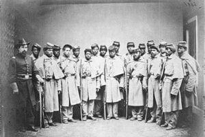 Afroamerickí vojaci Únie so svojím veliteľom. Neskôr dôstojníka odstrihli a muži boli prezentovaní ako bojovníci z konfederačnej jednotky.