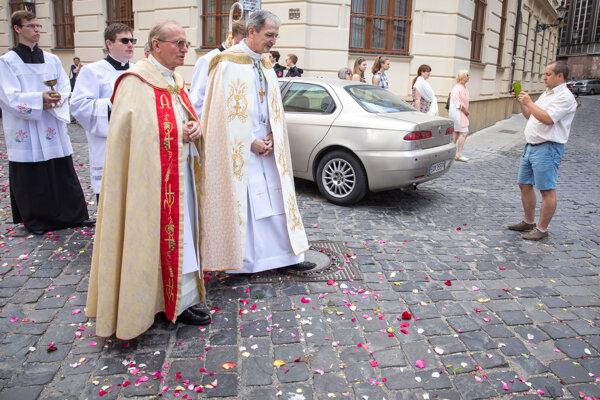Bratislavský arcibiskup Stanislav Zvolenský (druhý sprava) počas eucharistickej procesie v roku 2018.