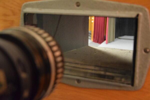 Pohľad do sály Kina Junior v Leviciach z premietacej kabínky.