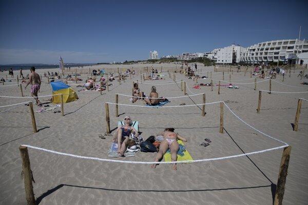 Toto leto by ste sa na plážach tlačiť nemali. Platia bezpečnostné opatrenia, ktoré dajú každému dostatok miesta.
