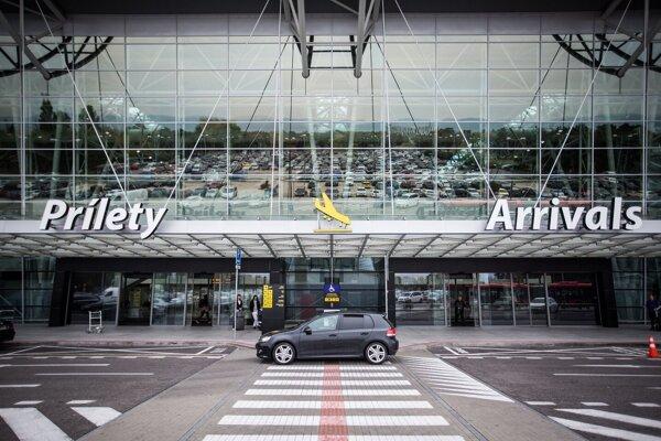 Z bratislavského letiska sa zatiaľ lieta len obmedzene.