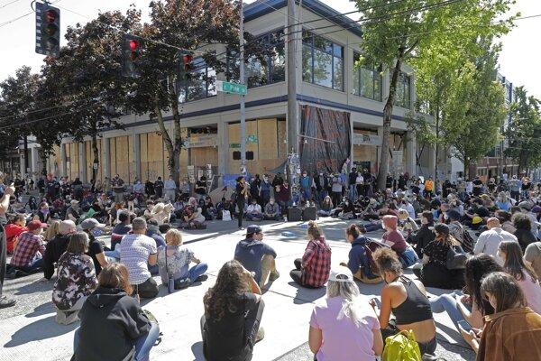 Takto to vyzeralo pred budovou policajného okrsku v Capitol Hill v Seattli.