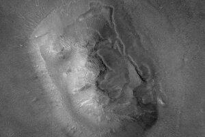 Záber rovnakej oblasti, ktorý vyhotovila sonda Mars Global Surveyor 8. apríla 2001 s oveľa vyšším rozlíšením.