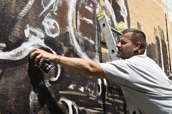 Street Art umelec Ivan Jakušovský pri práci.