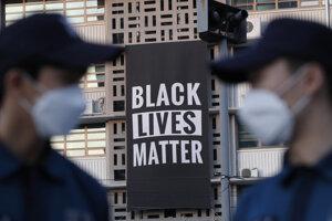 Transparent hnutia Black Lives Matter na americkej ambasáde v juhokórejskom Soule 14. júna 2020.