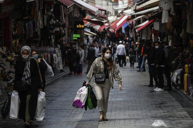 Žena s rúškom v centre Istanbulu.