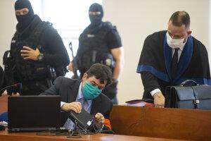 Marian Kočner a vpravo jeho advokát Marek Para počas pojednávania v kauze vraždy novinára Jána Kuciaka na Špecializovanom trestnom súde v Pezinku.
