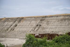 Búrka v nedeľu 14. júna 2020 poškodila úsek na stavbe nultého bratislavského obchvatu na rozostavanej D4/R7. Na snímke poškodený násyp v rámci budovanej D4 pri bratislavských Jarovciach.