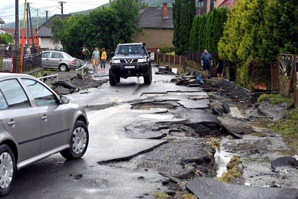 Poškodená cesta v Pichniach.