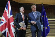 Splnomocnenenec britskej vlády pre brexit David Frost (vľavo) a vyjednávač Európskej únie pre brexit Michel Barnier.