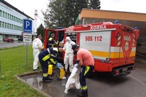 Dobrovoľní hasiči z Korne včera dezinfikovali nemocnicu v Čadci.