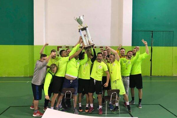 CF Galacticos oslavujú ligový titul.