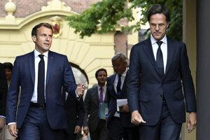 Francúzsky prezident Emmanuel Macron (vľavo) a holandský premiér Mark Rutte.