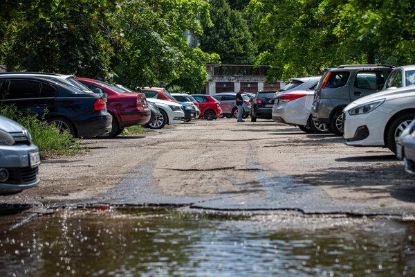 Rozpadnuté parkovisko pri Štrkovci kúpil Ružinov za 2 milióny 700-tisíc eur. Znalec hodnotu odhadol na 500-tisíc.