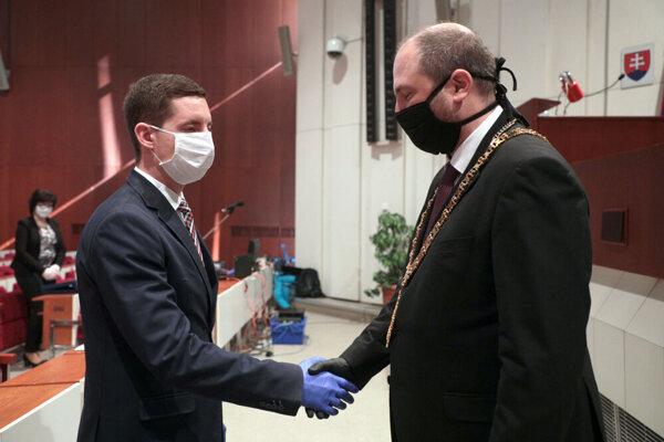 Juraj Tobák (vľavo) sa ujal mandátu mestského poslanca v marci.