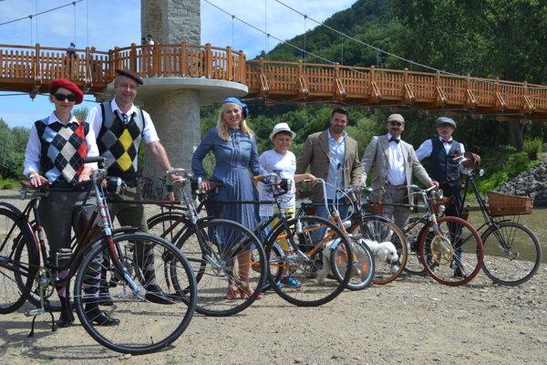 Mostom sa previezli cyklisti v dobových kostýmoch.