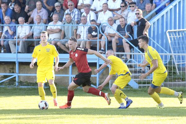 Veľký Ďur (v žltom) sa vminulej sezóne IV. ligy JV pred umiestnil na deviatom mieste.