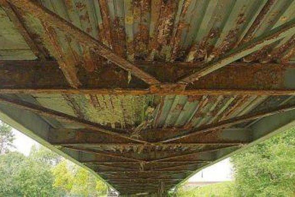 Poškodenie mosta vidieť hlavne zospodu.