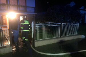 Takto to vyzeralo v noci v Ľubeli. Pomáhali dobrovoľní hasiči.