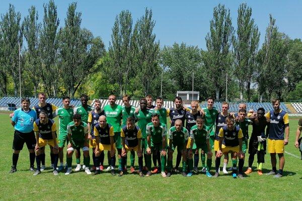 Spoločná fotografia účastníkov prípravného zápasu Nové Zámky - Hurbanovo